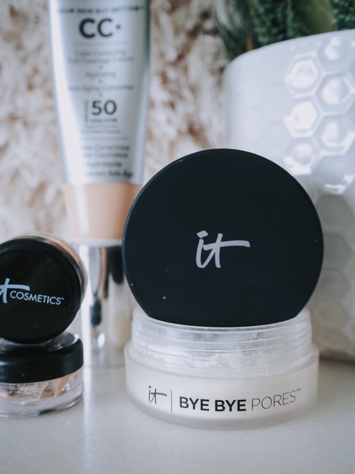 An Introduction To It Cosmetics - close up image of branding & bye bye pores